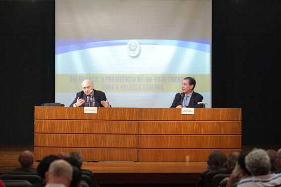 O conferencista Gelson Fonseca à esquerda e o Acadêmico Merval Pereira