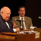 O convidado Marcos Azambuja em primeiro plano e, ao fundo, o Acadêmico Merval Pereira